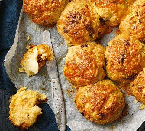Сырные булочки с жареным луком