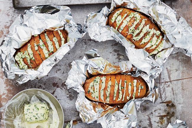 Печеный картофель с чесночно-луковым маслом