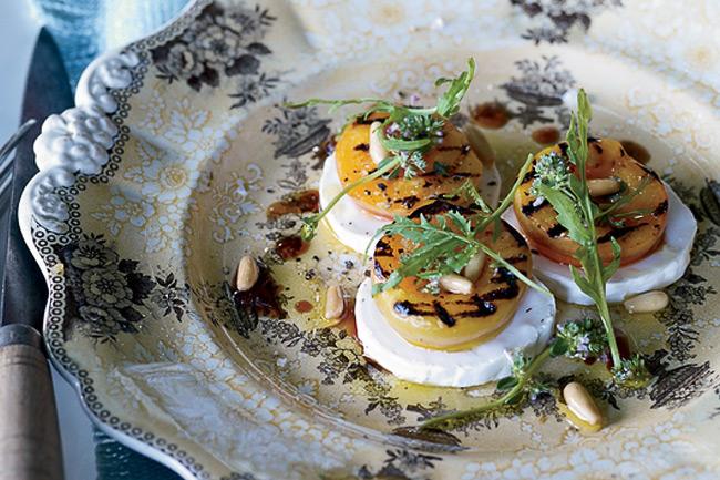 Салат из абрикосов с рукколой и сыром