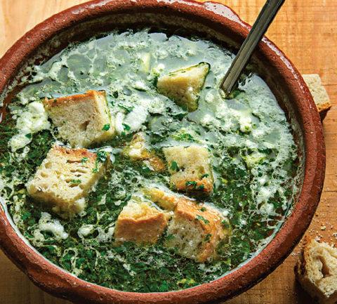 Португальский чесночный суп с хлебом и кинзой