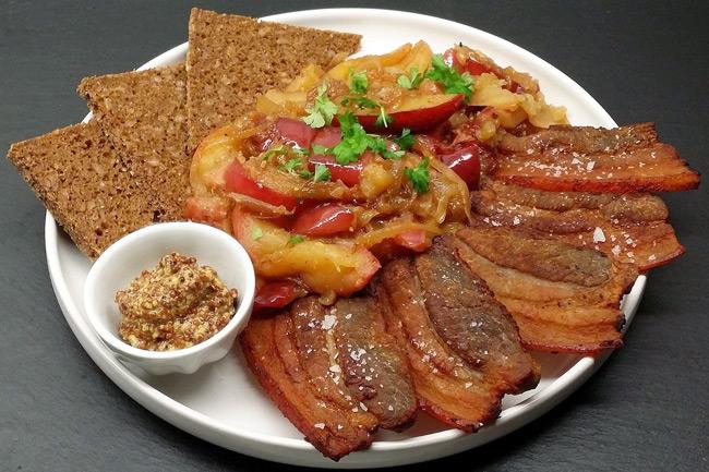 Свинина с луком и яблоками Æbleflæsk