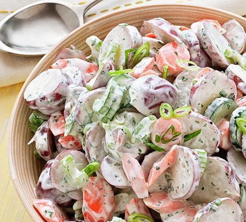 Деревенский овощной салат с молодым картофелем