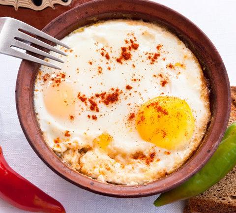 Сирене по-шопски - запеченные помидоры с брынзой и яйцом