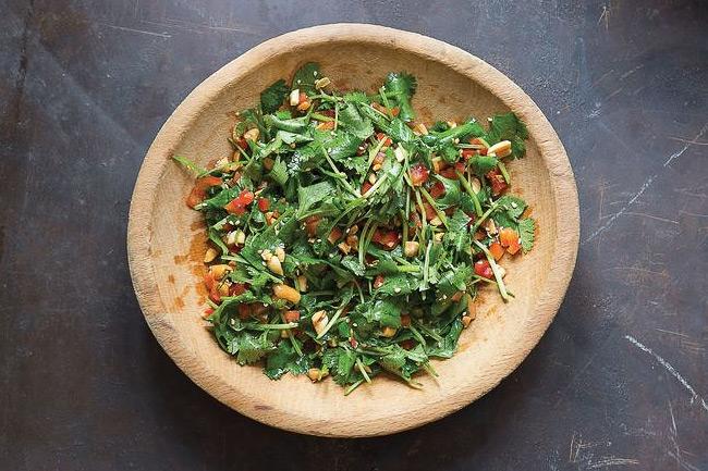 Китайский салат из кинзы и арахиса