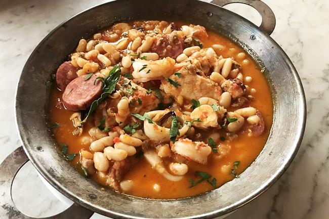 Португальское рагу из кальмара, фасоли и колбасок