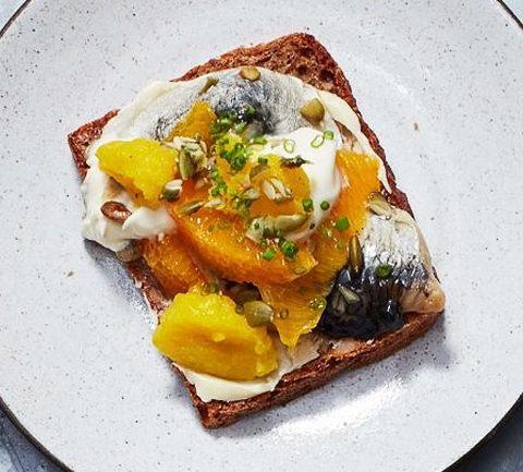 Смёрреброль - открытый бутерброд с маринованной сельдью