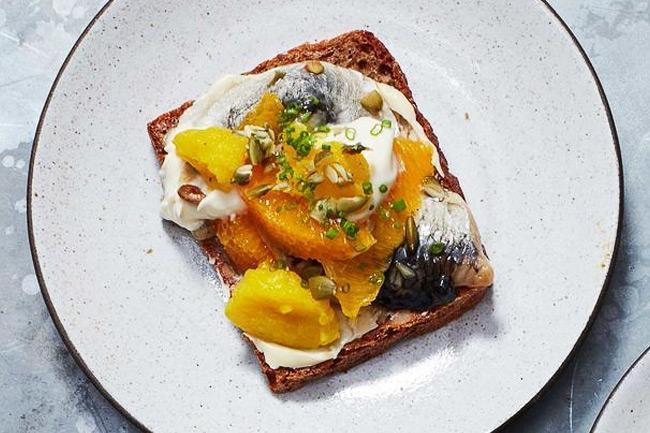 Смёрреброль - открытый бутерброд с маринованной сельдью и апельсином