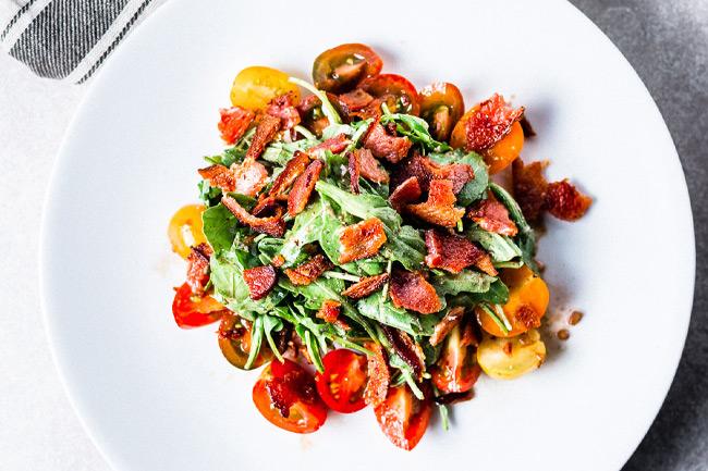 Классический салат с помидором и беконом BLT
