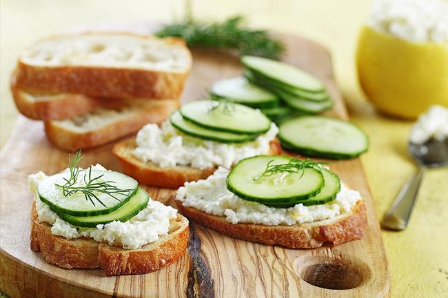 Бутерброды с фетой и огурцом