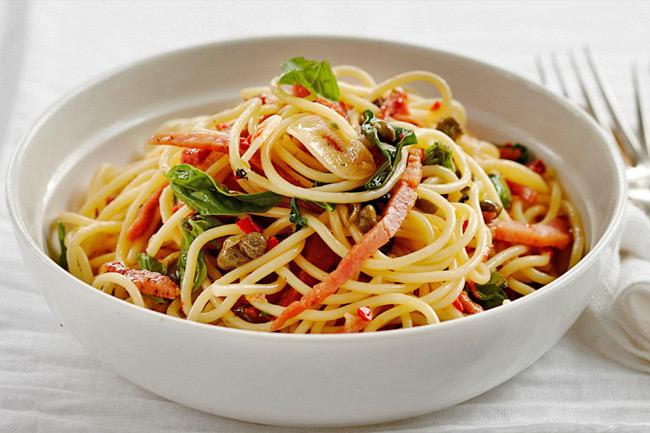 Спагетти с ветчиной, базиликом и чили