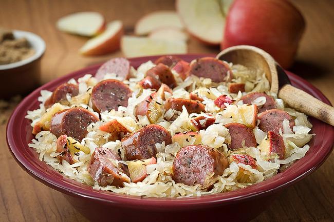 Копченая колбаса с квашеной капустой