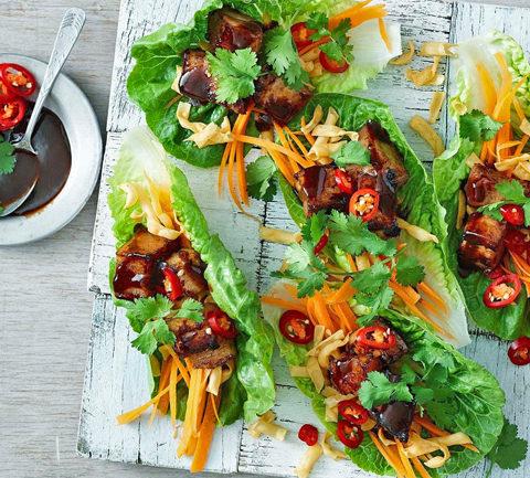 Быстрая свиная грудинка в листьях салата