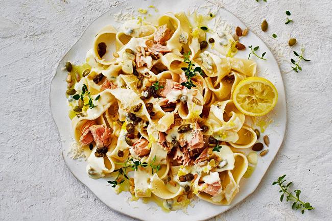 Лапша с тунцом, каперсами и лимоном