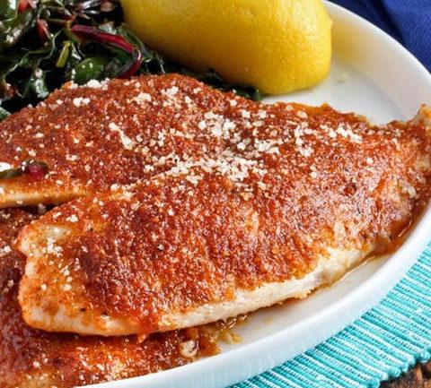 Жареное филе рыбы с пармезаном и паприкой