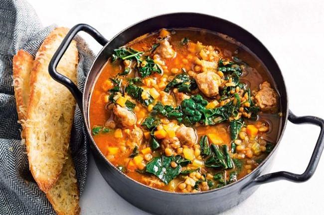 Итальянский суп с колбасками и шпинатом или кале