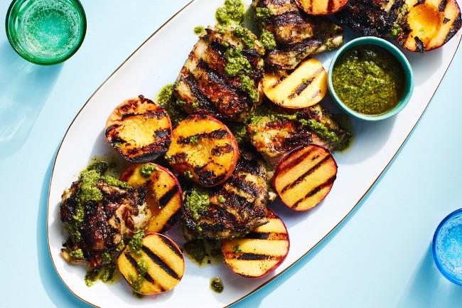 Запеченный цыпленок с соусом песто и персиками