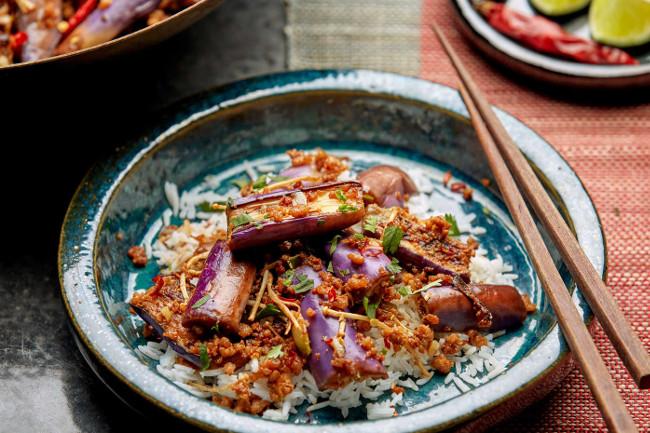Тушеные баклажаны со свининой и грибами