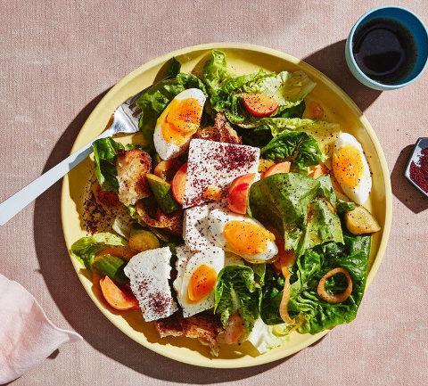 Салат для завтрака с яйцом и сыром фета