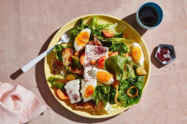 Салат с яйцом и сыром фета