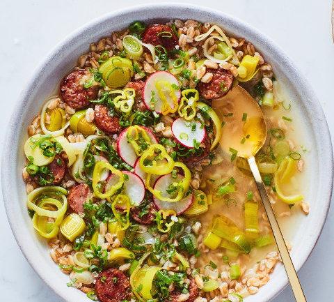 Итальянский суп с колбасками, перловкой и луком-пореем