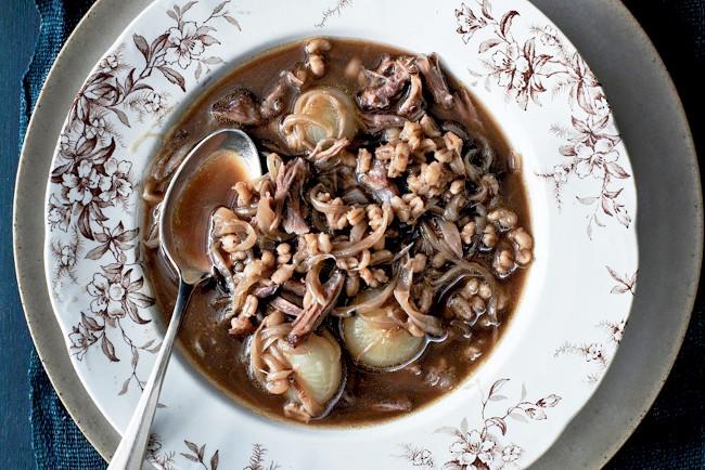 Суп из бычьих хвостов с луком и перловкой