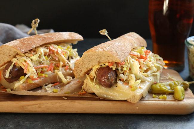Сэндвич с итальянскими колбасками и коул слоу