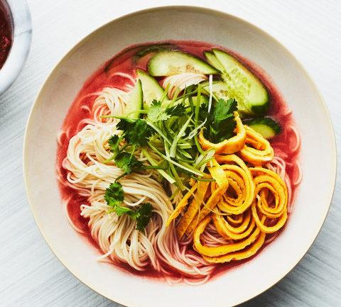 Корейский холодный томатный суп с лапшой
