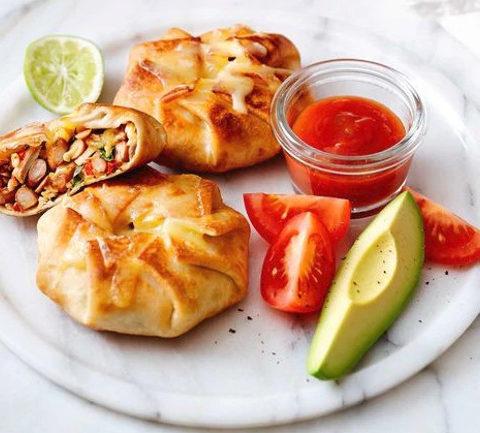 Очень простые мексиканские пирожки с курицей и фасолью