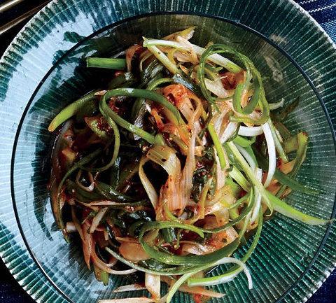 Пряный салат из репчатого и зеленого лука