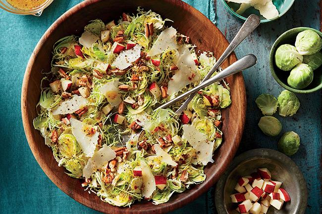 Салат из брюссельской капусты с яблоком и орехами