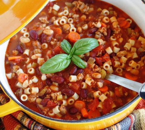 Густой итальянский суп с фасолью и пастой