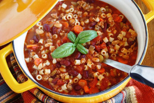 Густой итальянский суп с фаршем фасолью и пастой