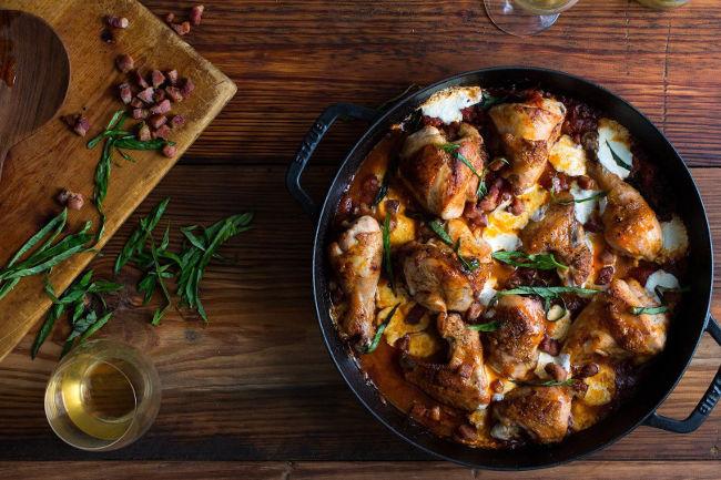 Жареная курица с томатами, моцареллой и панчеттой (или беконом)