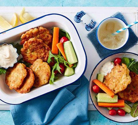 Простые оладьи с лососем, кабачком и кукурузой