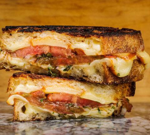 Сэндвич с сыром и маринованными помидорами