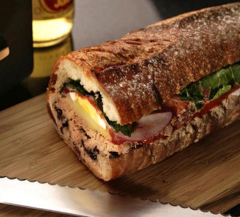 Пан банья (pan bagnat) - французский сэндвич с тунцом