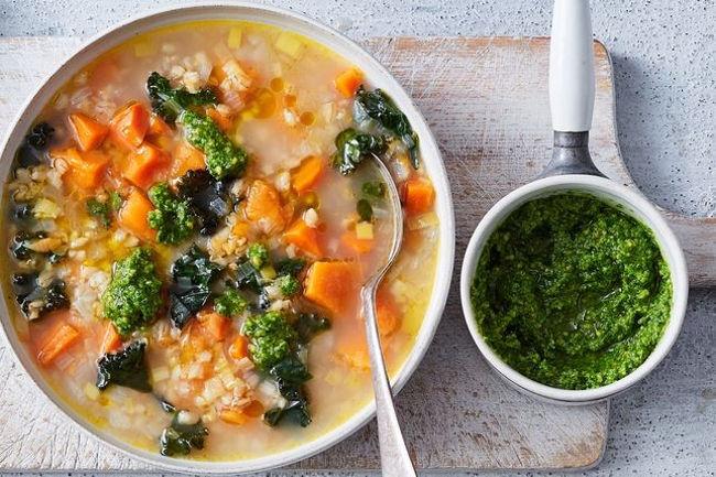 Густой и сытный вегетарианский овощной суп с миндально-базиликовой заправкой