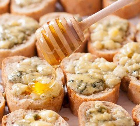 Тосты с сыром и медом