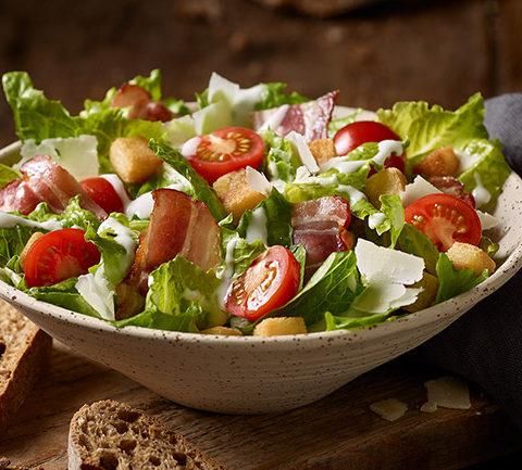 Знаменитый салат BLT - бекон, салат, хлеб и помидоры.