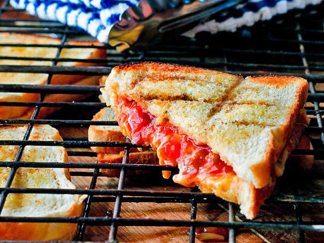 Брайбриджи (Braaibroodjie) - Южно-африканский традиционный сэндвич с сыром и помидорами