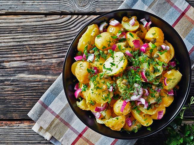 Французский картофельный салат с красным луком